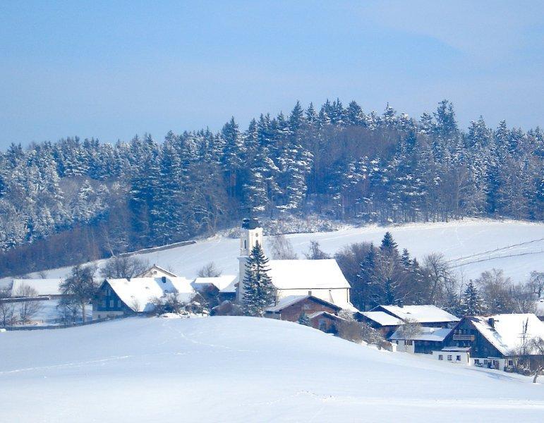 St. Wolfgang mit Kirche und Pilgerhof im Winter